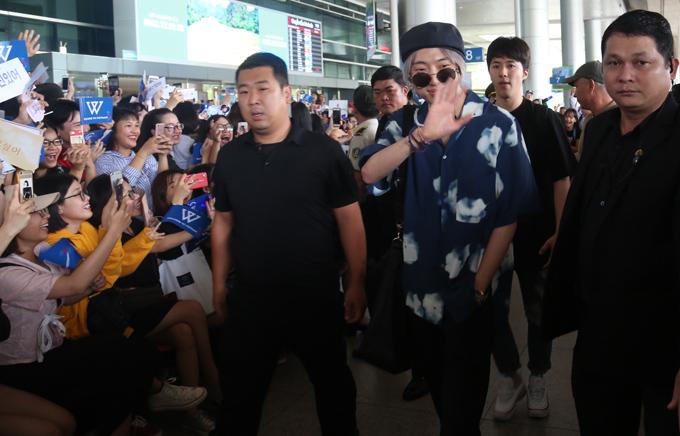 Winner bất ngờ khi được khán giả chào đón nồng nhiệt ở sân bay Tân Sơn Nhất, sáng 25/8.