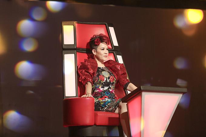 Ngồi ghế nóng vòng bán kết The Voice 2018, huấn luyện viên Thu Phương sến toàn tập khi diện đầm họa tiết hoa sặc sỡ, kết hợp phần tay phồng đính kim sa đỏ và cài bông hoa không ăn nhập với kiểu tóc.