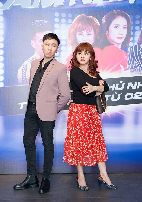 Nghệ sĩ Lê Giang (phải) trông xuề xòa, lỗi mốt tại buổi họp báo công bố gameshow mới Đấu trường âm nhạc.