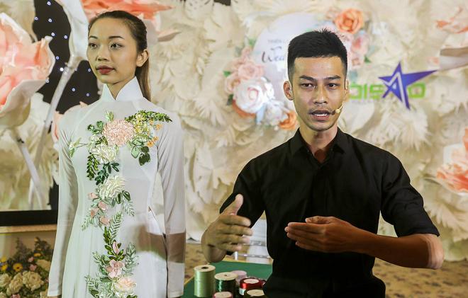 Anh Hồng Khiêm giới thiệu sản phẩm hoa thêu ruy băng gam màu pasteltrên nền áo dài truyền thống,tạo hình bản đồ Việt Nam.