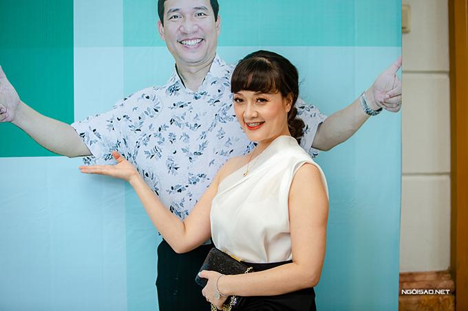 Vân Dung hào hứng tạo dáng bên bức ảnh của Quang Thắng trong buổi họp báo ra mắt Yêu thì ghét thôi hôm 22/8.