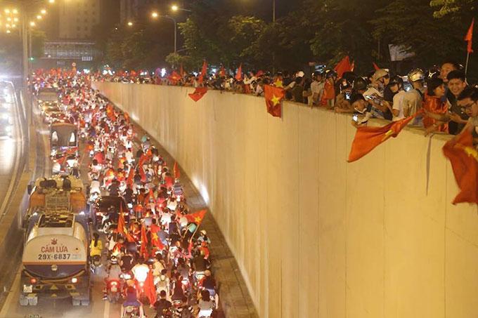 CĐV cả nước đổ xô ra đường ăn mừng sau chiến thắng của Olympic Việt Nam - 1