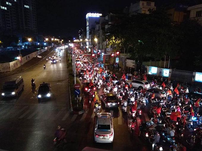CĐV cả nước đổ xô ra đường ăn mừng sau chiến thắng của Olympic Việt Nam - 2