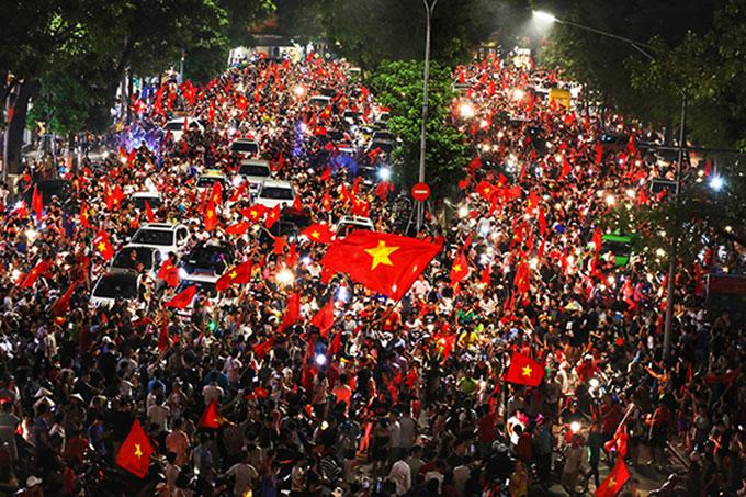 CĐV cả nước đổ xô ra đường ăn mừng sau chiến thắng của Olympic Việt Nam - 4