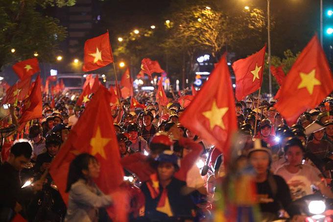 Người Sài Gòn đổ ra đường đi bão sau trận Việt Nam thắng Syria - 4