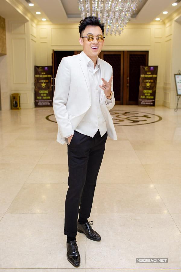 Ca sĩ Dương Triệu Vũ mặc bảnh bao đi chấm thi.