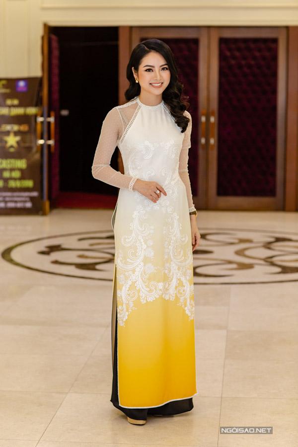 Hoa hậu các dân tộc Ngọc Anh diện áo dài đến dự sự kiện.