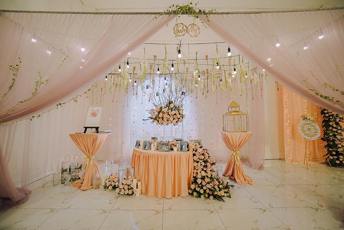 Wedding planner đã mất 6 tháng để lên ý tưởng, hoàn thiện thiết kế và phối cảnh cho hôn lễ. Bảng màu tiệc cưới là sự kết hợp của nhiều tông màu pastel nhẹ nhàng gồm: hồng phớt (blush), màu kem (cream), màu vàng champagne, xanh lá cây (sage green), nâu sẫm (taupe). Sự phối trộn giữa các gam màu này sẽ đem đến một không gian tiệc có sự nhẹ nhàng, thú vị, mỗi gam màu tượng trưng cho một mảng miếng của cuộc sống.