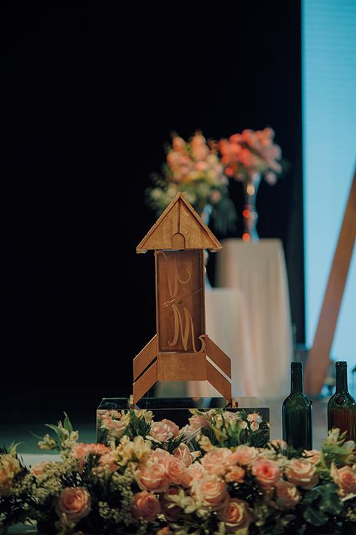 Khu vực sân khấu có hình ảnh chiếc mũi tên - gợi nhắc câu chuyện tình yêu của uyên ương.