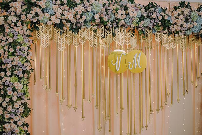 Hoa hồng - loài hoa yêu thích của mẹ chú rể là hoa chủ đạo trong đám cưới. Thêm vào đó, gia đình hai bên đều yêu thích sự truyền thống, do đó họ thống nhất chọn hoa hồng - loài hoa biểu thị cho tình yêu bất diệt, trường tồn cho tiệc cưới.