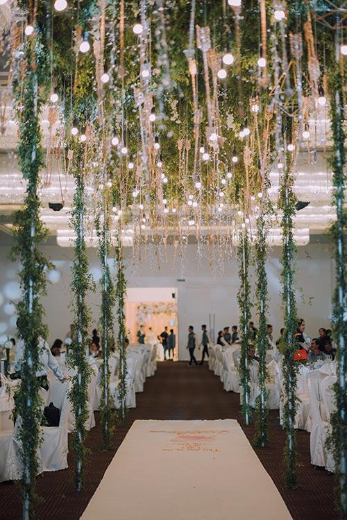 Lối đi được trang hoàng bởi dàn mũi tên và các khối hình học tạo sự hiện đại, mới mẻ. Không gian sảnh tiệc được bố trí nhiều dàn đèn, thủy tinh và kính tráng gương mang đến sự lung linh, huyền ảo.