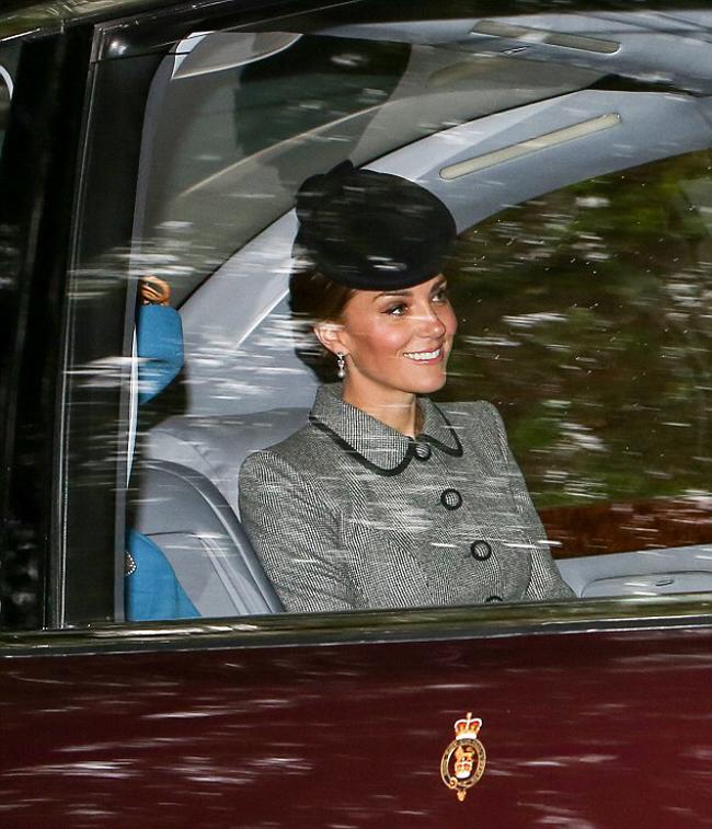 Kate mặc một chiếc áo khoác màu xám, cổ Peter Pan với đường viền màu đen, đội mũ đen. Để phù hợp với trang phục, Nữ công tước xứ Cambridge chọn cho mình một đôi khuyên tai bằng ngọc trai.