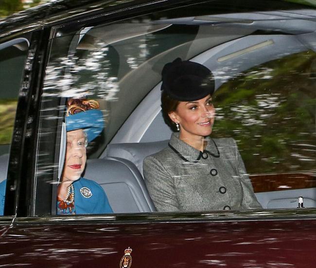 Tuần qua, vợ chồng Kate và William cùng ba con được cho là đã đến lâu đài Balmoral, Scotland, nơi nghỉ dưỡng hàng năm của Nữ hoàng vào mỗi mùa hè. Trong khi để ba con ở lại lâu đài cho vú em chăm sóc, Công tước và Nữ công tước xứ Cambridge được trông thấy đi cùng Nữ hoàng tới nhà thờ vào sáng qua (26/8).