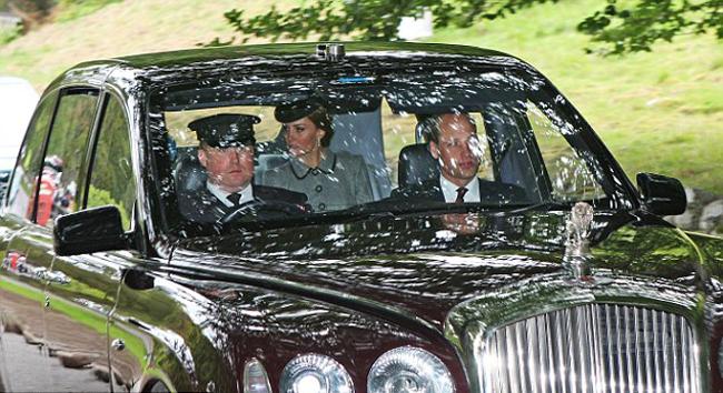 Trong khi Kate rạng rỡ cười và trò chuyện với Nữ hoàng ở hàng ghế sau, Hoàng tử William ngồi ở hàng ghế trước cùng tài xế.