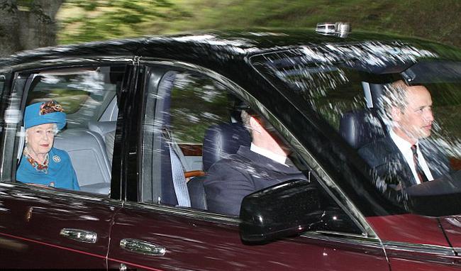 Chiếc xe của Nữ hoàng dẫn đầu đoàn xe của hoàng gia Anh tới nhà thờ.Nữ hoàng đến lâu đài Balmoral, ở Aberdeenshire, Scotland từ hồi đầu tháng 8 để bắt đầu kỳ nghỉ hè hàng năm.