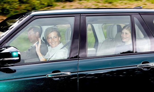 Chiếc xe thứ ba của đoàn xe hoàng gia Anh do Hoàng tử Edward (54 tuổi) cầm lái. Ngồi cạnh Edward là vợ, Nữ bá tước xứ Wessex, Sophie (53 tuổi), phía sau là con gái của họ, Lady Louise Windsor (14 tuổi).