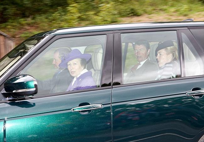 Trong chiếc xe thứ tư, công chúa Anne (68 tuổi) mặc áo khoác và mũ cùng màu tím nổi bật. Chồng của công chúa, phó đô đốc Timothy Laurence, ngồi ở ghế sau cùng với con dâuAutumn Phillips (40 tuổi), người có mối quan hệ tốt với Nữ hoàng.