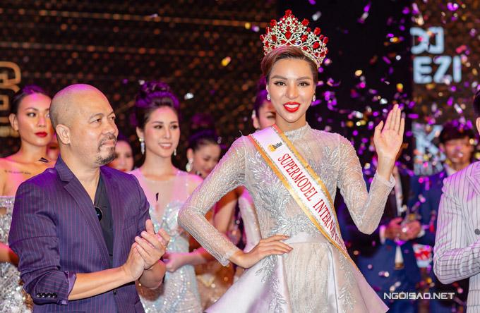 Sau nhiều vòng thi trình diễn áo dài, dạ hội, người mẫu Khả Trang đã được ban giám khảo chọn làm đại diện Việt Nam dự thi Super Model International, diễn ra vào ngày 3/9 tới tại Thái Lan.