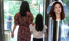 Con gái Kim Hee Sun cao ngang vai mẹ