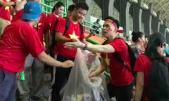 CĐV Việt Nam nhặt rác sau khi mừng chiến thắng trước Syria