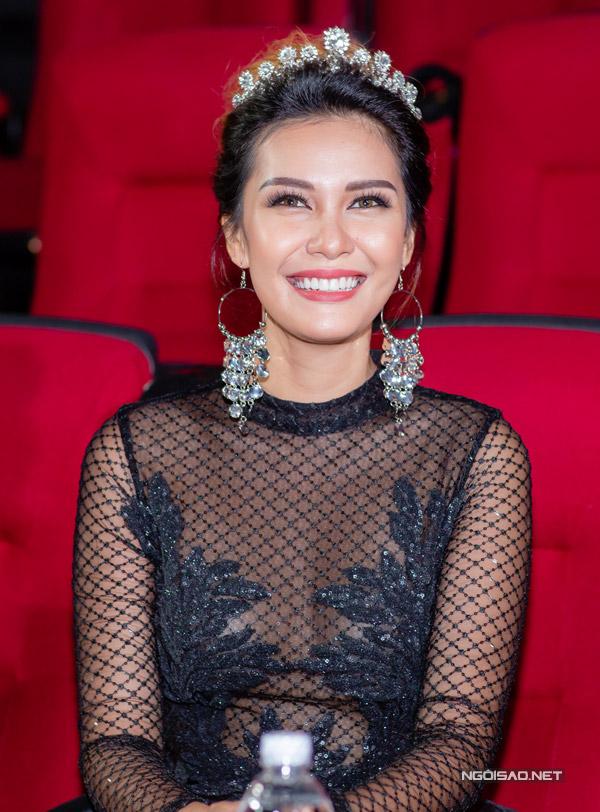 Hoa hậu Thu Ngân đọ sắc bên Miss EarthAngelia Ong - 2