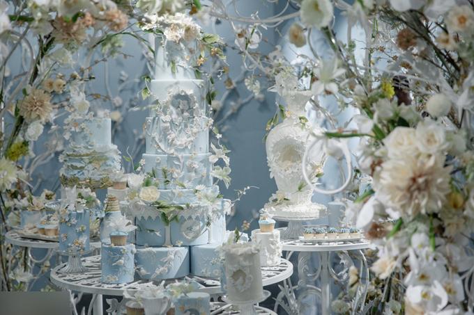 Bánh cưới của uyên ương được trang trícầu kỳ với hoa trắng và hình ảnh của những chú chim bồ câu, thể hiệnsự gắn kết trọn đời của uyên ương. Theo tờSina,một mâm cỗ tại khách sạn này có giá thấp nhất là 14888 tệ (52 triệu đồng), cao nhất là 25888 tệ (90 triệu đồng).