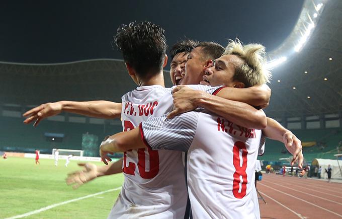 Các cầu thủ Việt Nam ôm nhau ăn mừng sau chiến thắng trước Syria. Ảnh: Đức Đồng.