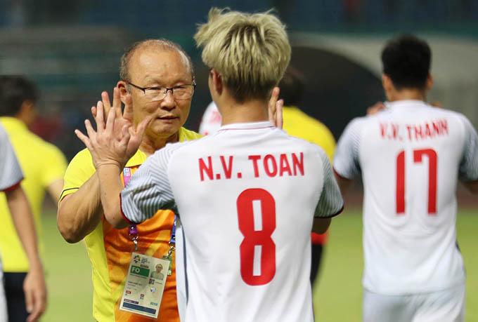 HLV Park Hang-seo và Văn Toàn nhận được nhiều lời khen từ truyền thông sau chiến thắng trước Syria. Ảnh: Đức Đồng.
