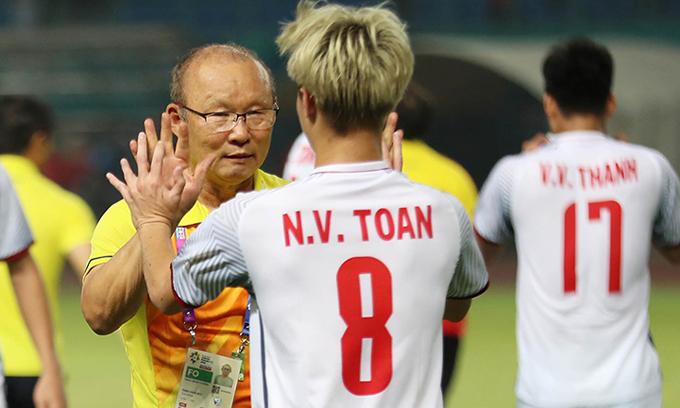 Ông Park đập tay với Văn Toàn, người ghi bàn thắng đưa Việt Nam vào bán kết Asiad 2018. Ảnh: Đức Đồng.