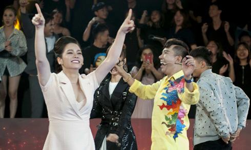 Long Nhật cùng đồng nghiệp nhảy múa mừng chiến thắng của VN khi đang ghi hình
