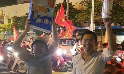 Hai ông bố vác bỉm, dầu gội mừng chiến thắng của tuyển Việt Nam