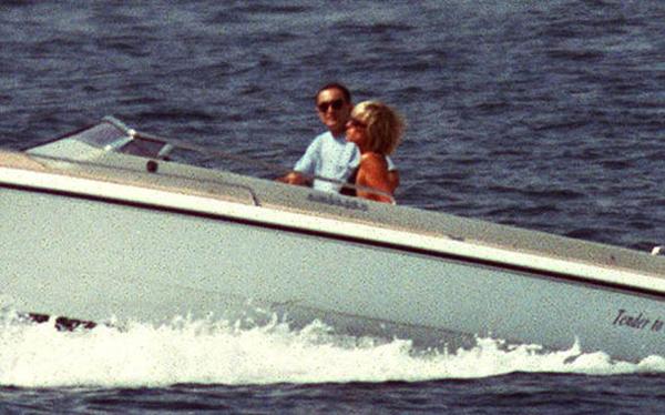 Công nương Diana và nhà sản xuất phim Dodi Fayed du ngoạn trên biển Địa Trung Hải vào tháng 8/1997, vài ngày trước khi gặp tai nạn tại Paris. Ảnh: Reuters.