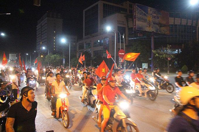 Trong khi đó, ở Hà Tĩnh, sau 12h đêm, người dân vẫn còn rất đôngtrên trục đường chính của thành phố.