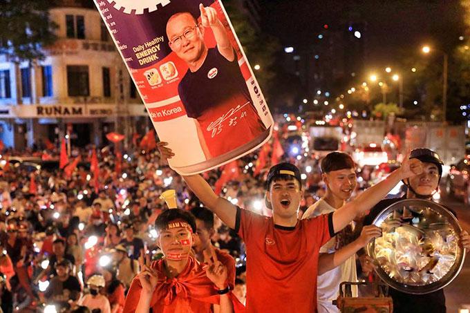 Park Hang-seo trở thành người hùng sau trận đấu. Vị HLV người Hàn Quốc được các cổ động viên Việt Nam tung hô, ca ngợi trên khắp nẻo đường.