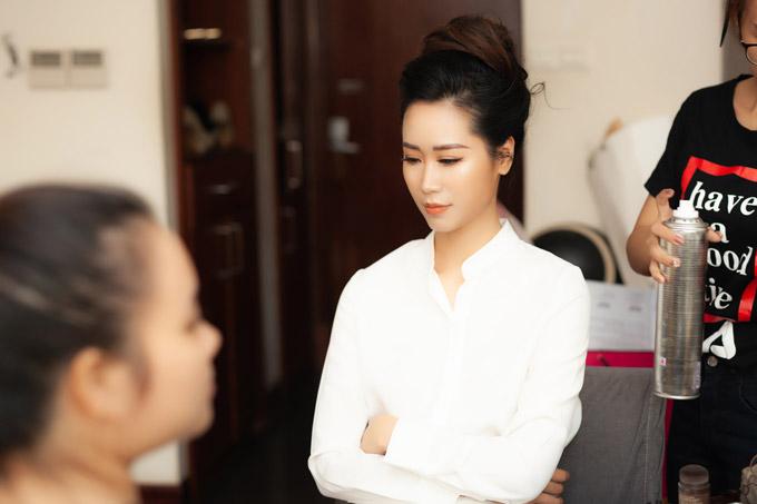 Để chuẩn bị xuất hiện trong một sự kiện nhãn hàng tại Hà Nội vào lúc 10h sáng, Dương Thùy Linhphải dậy từ sớm. Cô được ê kíp make-up, làm tóc đến tận nhà chăm sóc. Cô không giấu được vẻ uể oải bởi vẫn còn buồn ngủ.