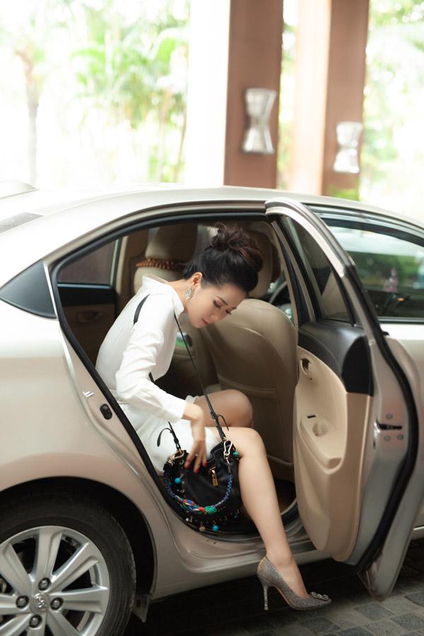 Sau khi mất gần 2 tiếng đồng hồ trang điểm và làm tóc, Hoa hậu Phụ nữ Toàn thế giới 2018 di chuyển bằng xe sang đến khách sạn để dự sự kiện.