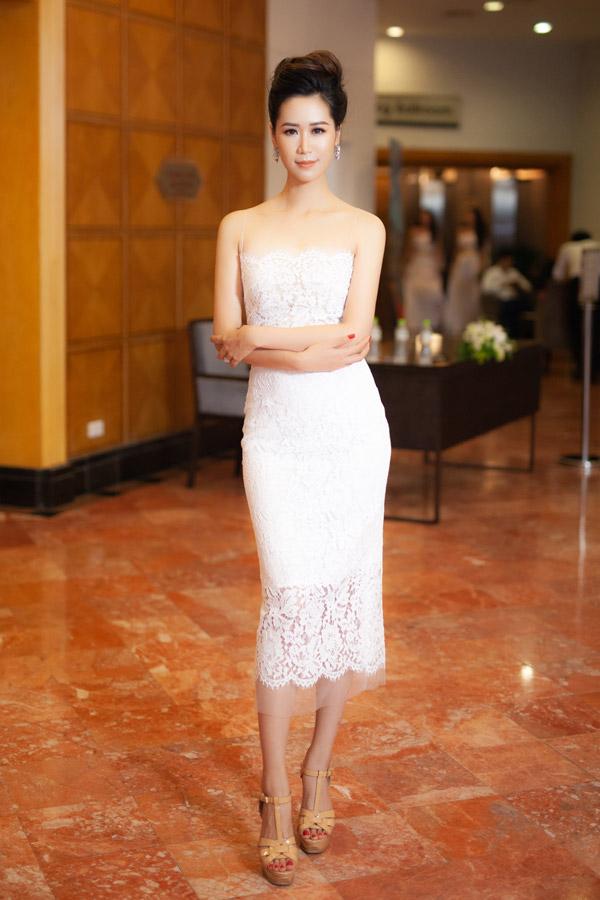 Vốn có thân hình thanh mảnh lại không dễ tăng cân nên Dương Thùy Linh chinh phục được rất nhiều kiểu váy. Tuy nhiên cô vẫn yêu thích nhất style váy ôm sát để tạo đường cong cơ thể.