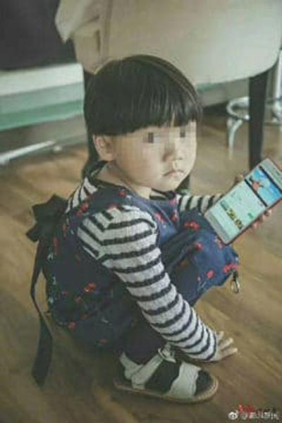 Bức ảnh cô bé được chia sẻ trên mạng xã hội Trung Quốc sau khi em bị mất tích. Ảnh: Sina.