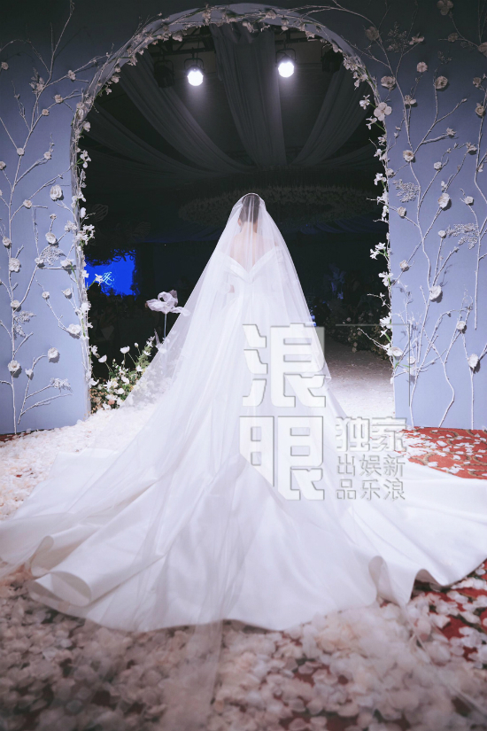 Váy cưới dài thướt tha của mỹ nhân Trương Hinh Dư.