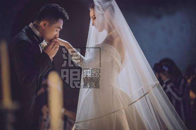 Đám cưới của Trương Hinh Dư và sĩ quan Hà Tiệp diễn ra tối 27/8 tại khách sạn Peninsula, Thượng Hải trong không khí ấm cũng, lãng mạn. An ninh được thắt chặt, chỉ một số ít bạn bè thân thiết nhất với cặp sao góp mặt trong lễ cưới. Một nguồn tin cho hay, Trương Hinh Dư rất xúc động, cô khóc suốt trong lễ cưới.