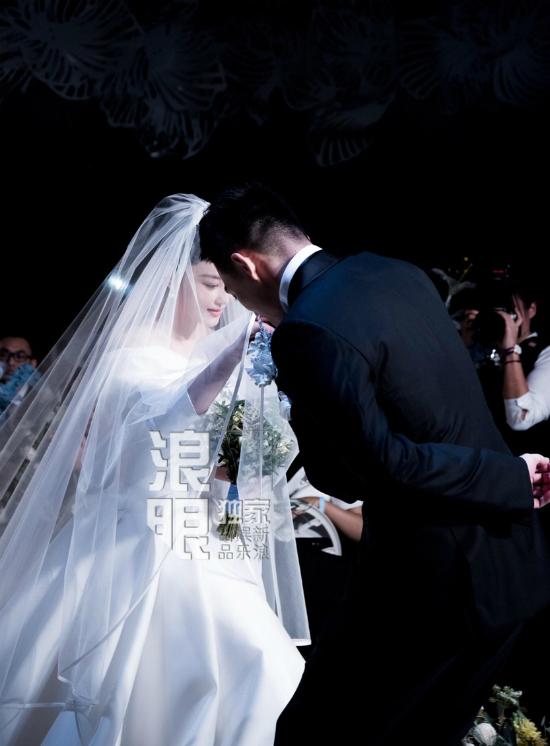 Cô dâu xinh đẹp, yêu kiều trong chiếc váy cưới tinh khôi. Theo một nguồn tin, Hinh Dư mặc váy cưới dài quét đất, đi lại rất khó khăn, vì thế chú rể đã thay đổi kịch bản truyền thống: thay vì đứng chờ cô dâu trên lễ đường, anh tự mình dìu cô vào, thậm chí còn tinh ý nâng váy cho cô. Trên Weibo, khán giả chúc tụng Trương Hinh Dư tìm được người chồng lý tưởng, tâm lý, lại còn đẹp trai.