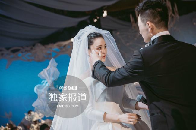 Trương Hinh Dư yêu Hà Tiệp khoảng gần 1 năm thì nhận được lời cầu hôn của anh. Nữ diễn viên tâm sự, Hà Tiệp là bến đỗ mà cô trông đợi cả đời.