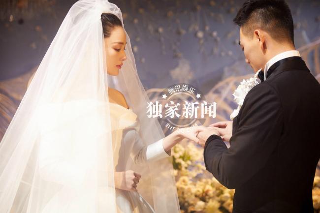 An ninh được thắt chặt, chỉ một số ít bạn bè thân thiết nhất với cặp sao góp mặt trong lễ cưới. Một nguồn tin cho hay, Trương Hinh Dư rất xúc động, cô khóc suốt trong lễ cưới.