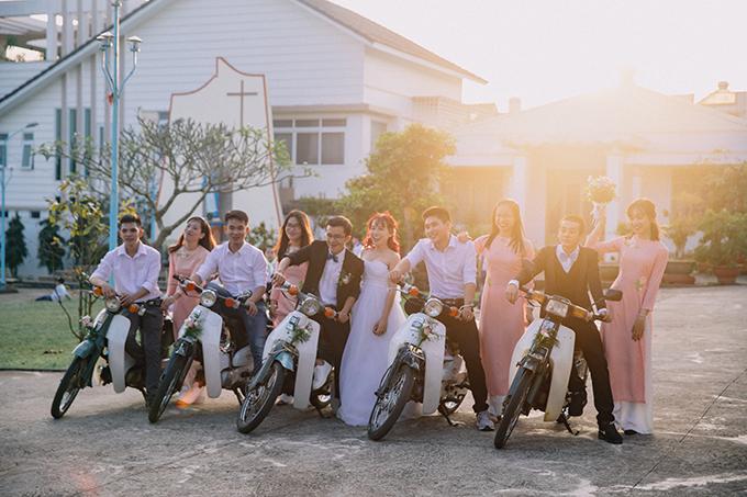 Ban đầu, uyên ương dự định thuê wedding planner và đã tham khảo giá cả của 2 ekip tại TP HCM. Tuy nhiên, do chi phí vận chuyển khá cao (ekip sẽ phải di chuyển từ TP HCM đến Gia Lai - quê nhà cô dâu) và wedding planner đã kín lịch nên uyên ương quyết định tự lên ý tưởng trang trí lễ vu quy ở Gia Lai và lễ thành hôn ở TP HCM.