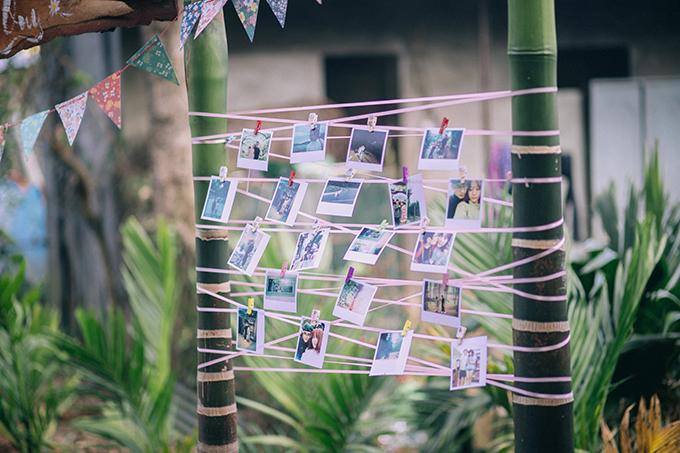 Uyên ương gắn những tấm ảnh kỷ niệm của cả hai lên thân cây gần đó, tạo nét ngộ nghĩnh và đáng yêu. Tổ chức lễ vu quy xong xuôi, uyên ương còn một tháng để chuẩn bị cho hôn lễ ở TP HCM.