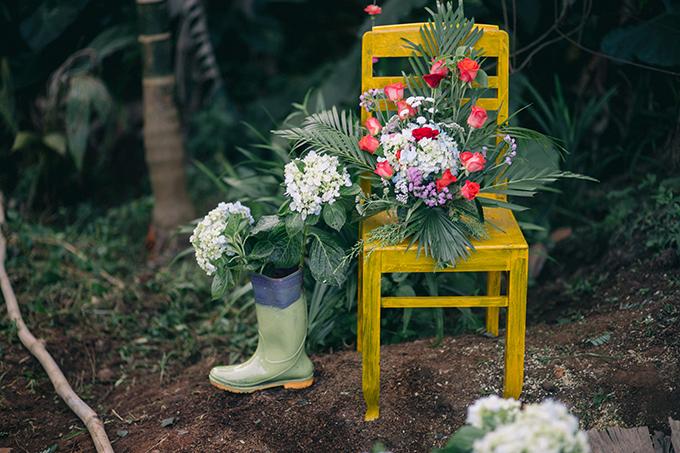 Trong lễ vu quy tại nhà gái, uyên ương chọn tông màu chủ đạo là trắng, hồng để kết hợp với không gian xanh ở Gia Lai. Trước đó, cặp vợ chồng tranh thủ những ngày cuối tuần để tìm kiếm những lồng đèn màu trắng, nước sơn, cọ vẽ, đèn led, vải, hoa tươi và gỗ để trang trí.