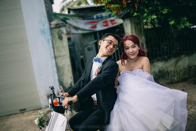 Chú rể Trần Văn Tiến (29 tuổi, quê Quảng Trị) và cô dâu Nguyễn Thị Hòa (28 tuổi, quê Gia Lai) hiện đang sinh sống và làm việc tại TP HCM. Uyên ương không chỉ khiến người khác ngưỡng mộ bởi chuyện tình kéo dài 7 năm mà còn bởi việc họ hiện thực hóa đám cưới trong mơ theo cách riêng.