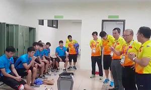 HLV Park Hang-seo khích lệ học trò trong phòng thay đồ