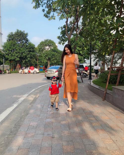 Kỳ Hân dắt con trai tung tăng dạo phố.