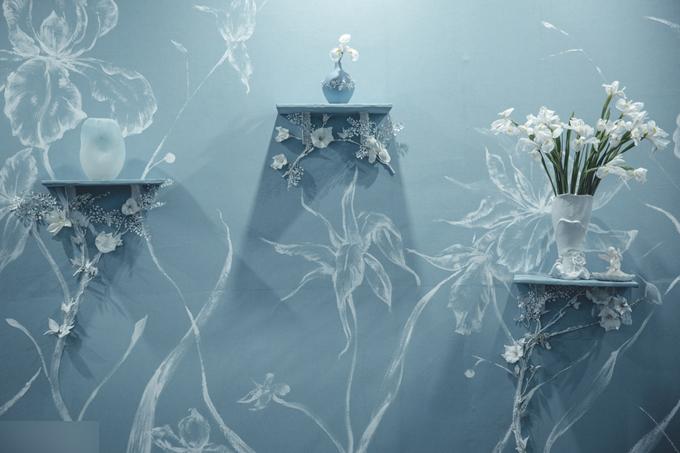 Cặp vợ chồng chọn vẽnhững cánh hoa và đính hoa lên tường, tạo nét thu hút cho những mảnh tường trong tiệc cưới.